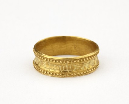 Circular gold hoop finger ring with beaded edge and inscription