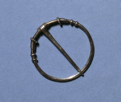 Annular brooch of silver wire with decorative collars