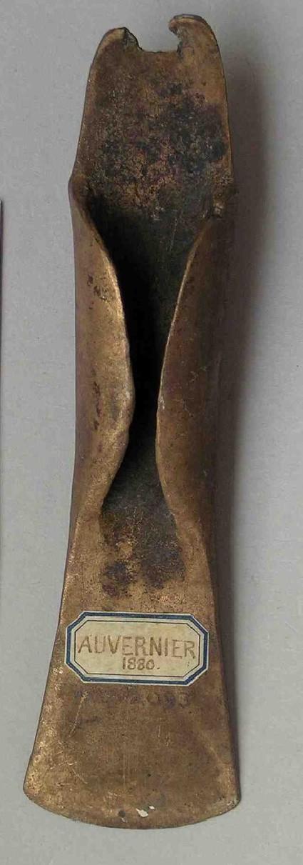 Mid-winged axe