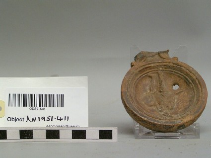 Oil lamp with gladiator motif