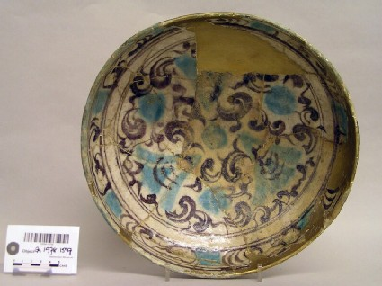 Bowl with stylised vegetal scrolls