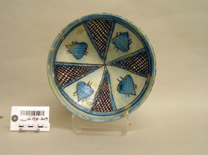 Bowl with pointed leaves