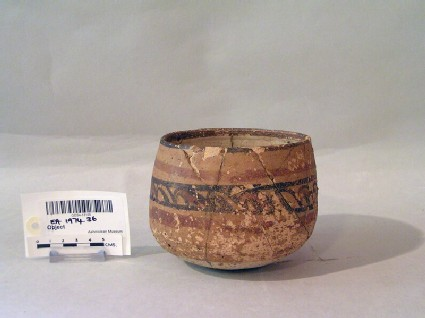 Bowl with geometric band