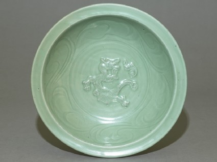 Dish with dragon decoration