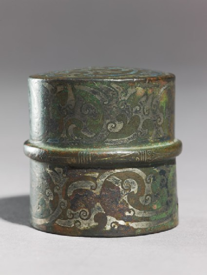 Tubular chariot fitting with geometric decoration