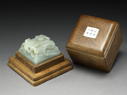 Seal with a pair of dragons and its box