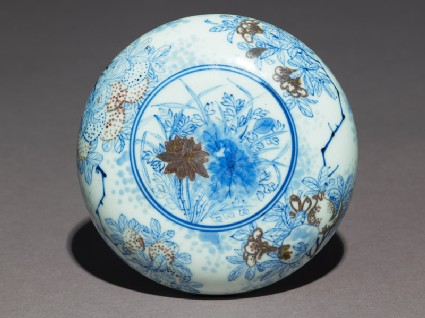 Blue-and-white box and lid with lotus flowers, pomegranates, and chrysanthemums