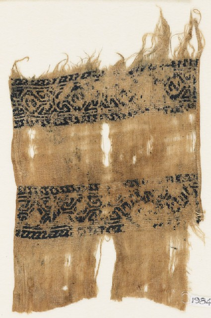 Textile fragment with bands of linked hooks and diamond-shapes