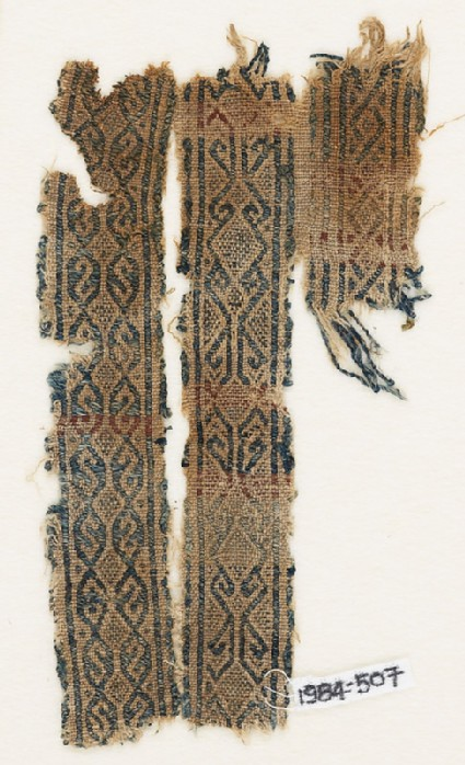 Textile fragment with interlacing diamond-shapes and hooks