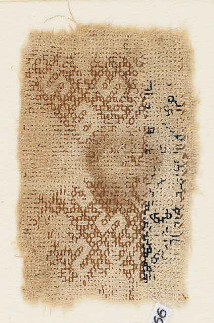 Textile fragment with linked diamond-shapes containing S-shapes