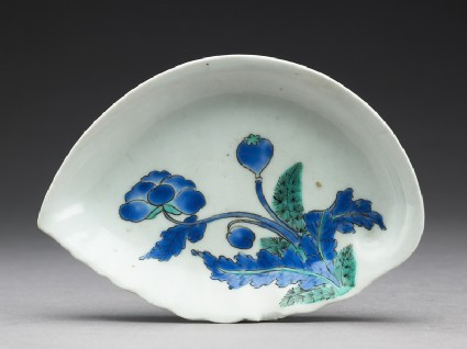 Shell-shaped dish with poppy