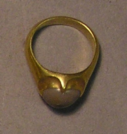 Finger-ring with toad-stone in a four-clawed setting