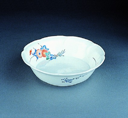 Bowl with bunches of chrysanthemums