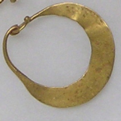 Lunate gold earring