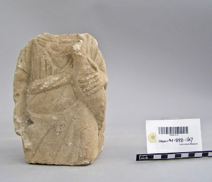 Fragmentary votive statuette of an offering bearer holding a bird with the left and a sheaf of wheat in the right hand