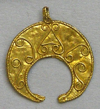 Crescent shaped pendant with filigree thread decoration