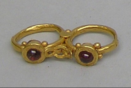 Double gold finger-ring set with garnets