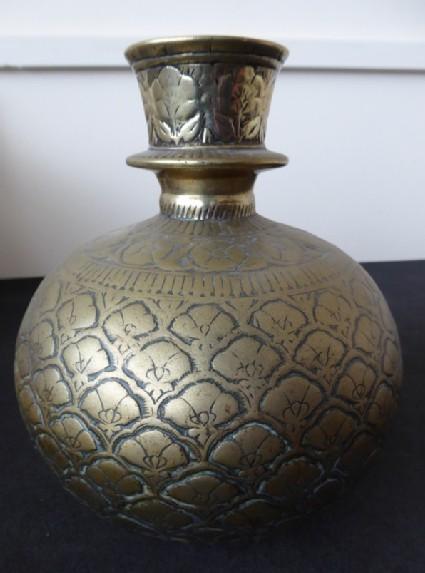 Spherical hookah base with lotus trellis pattern