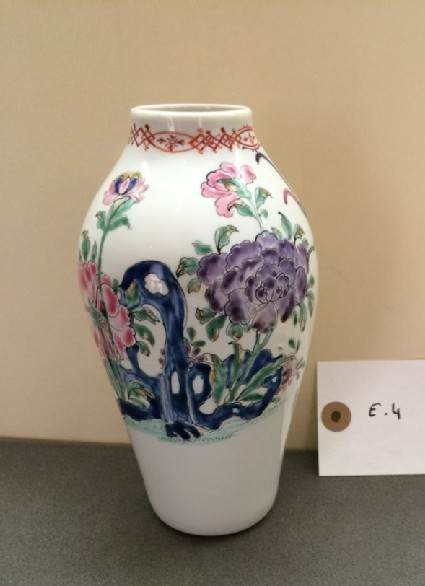 Vase of baluster-shaped decorated in famille rose style