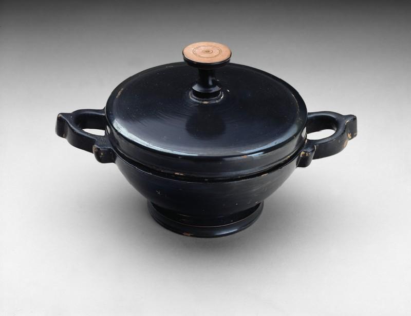 Attic black-glaze lekanis with lid (AN1885.496)
