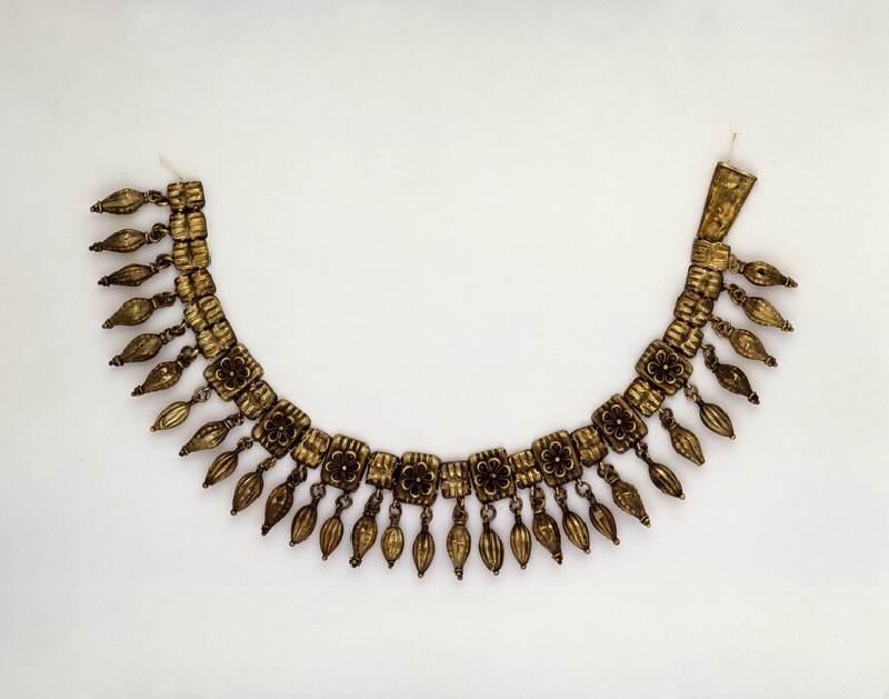 Electrum necklace composed of 25 rosetted plaques with pendant fluted beads (AN1885.502)