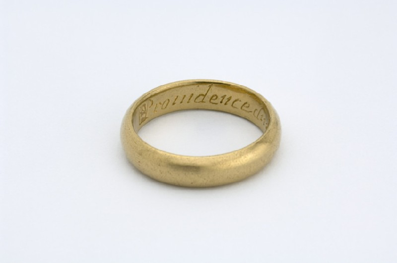 Gold posy ring with engraved circular hoop (AN1933.1605)