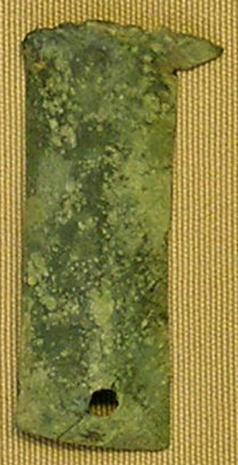 Bronze letter fragment (AN1952.568.b, record shot)