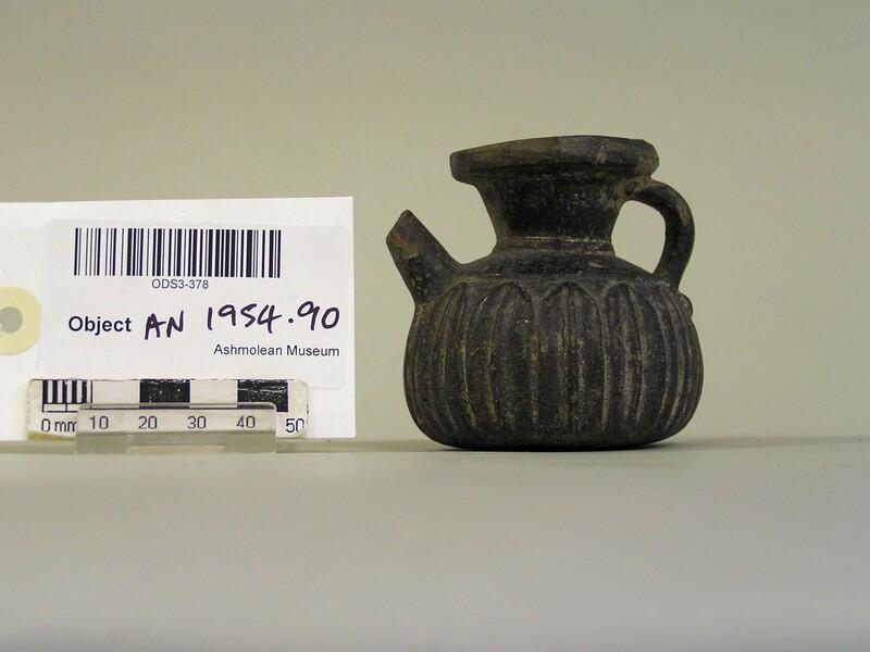 Black gloss pot with spout