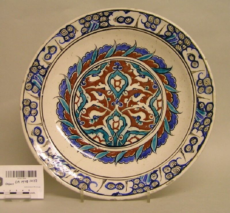 Dish with stylised vegetal motifs