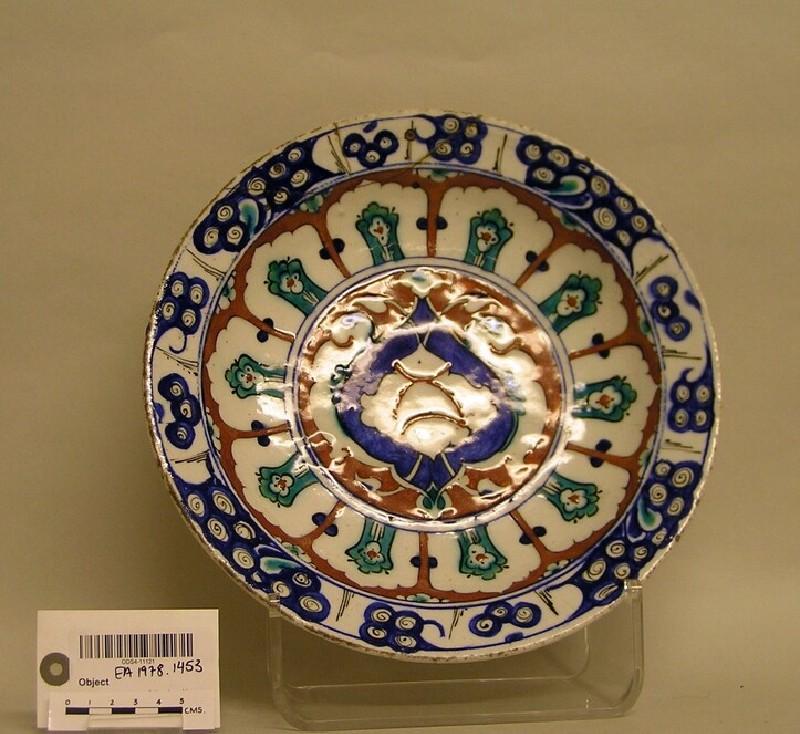 Dish with radiating panels