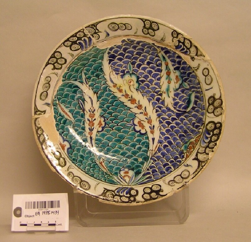 Dish with scale pattern and saz leaves