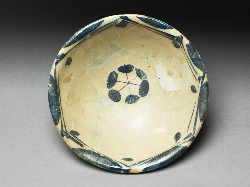 Bowl with rosette (top            )