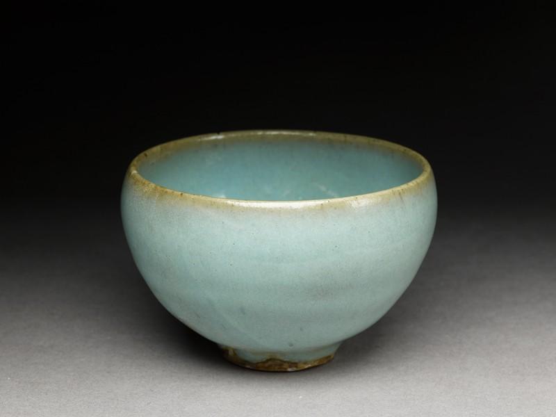 Small bowl with blue glaze (oblique            )