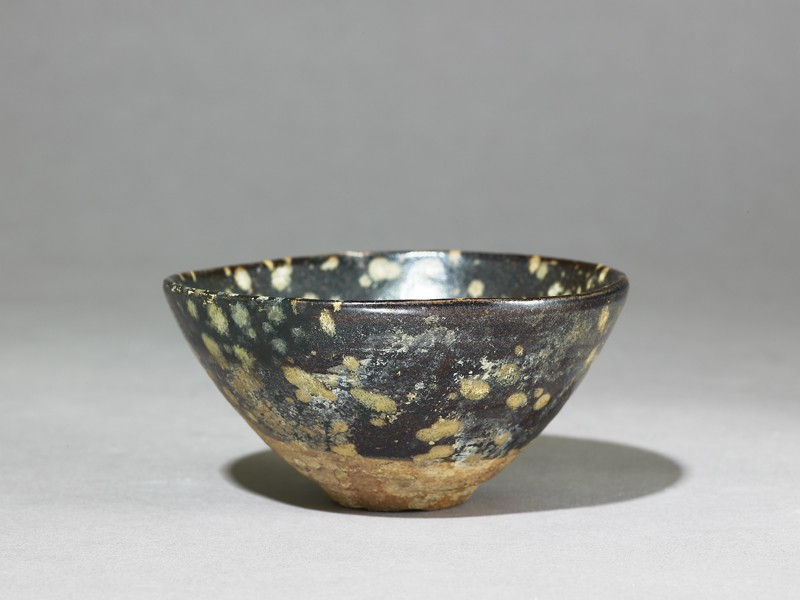 Black ware tea bowl with 'tortoiseshell' glazes (EA1956.740, oblique            )