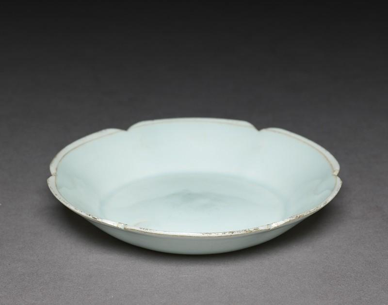 White ware dish with lobed lip (EA1956.814, oblique            )