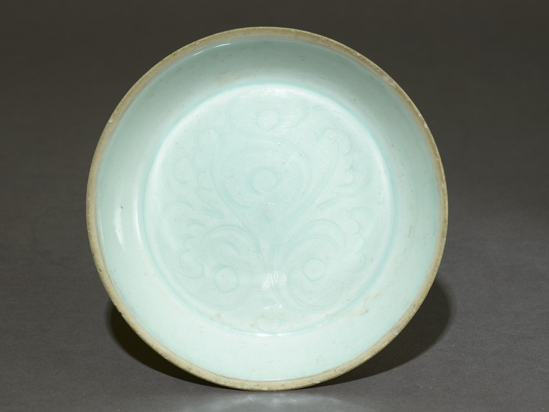 White ware dish with floral decoration (top            )