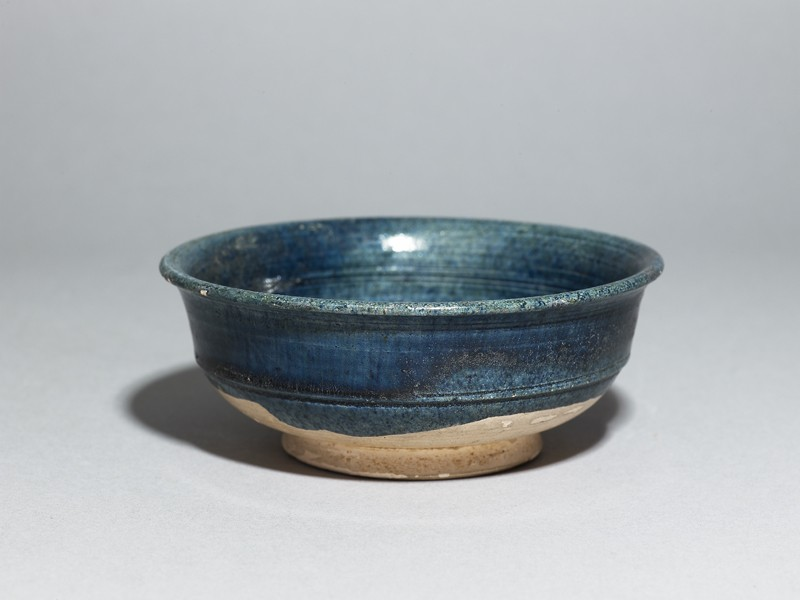 Bowl with blue glaze (oblique             )