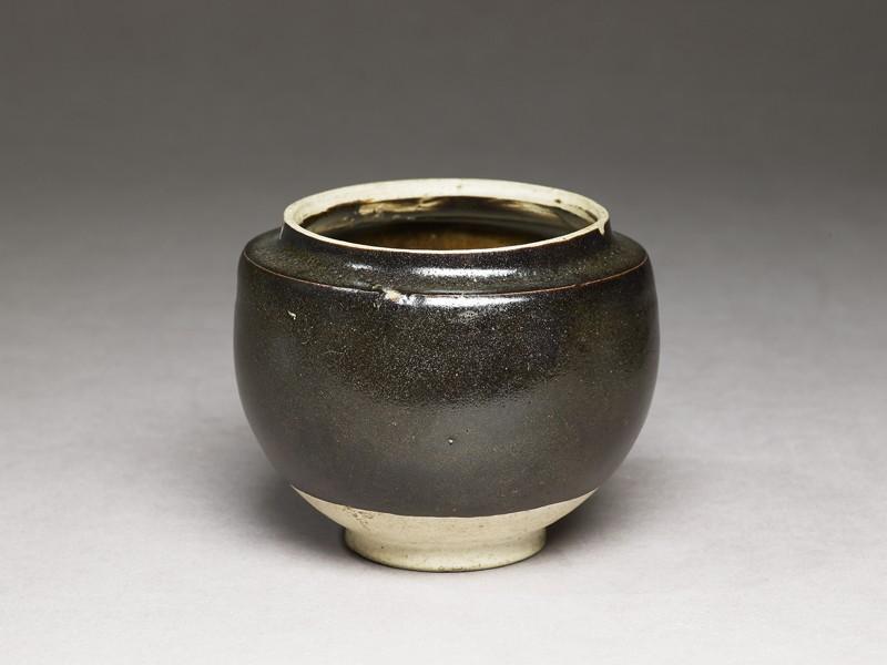 Black ware globular jar (EA1956.1104, oblique             )