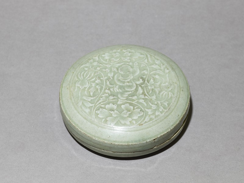 Greenware box with floral decoration (EA1956.1212, oblique             )