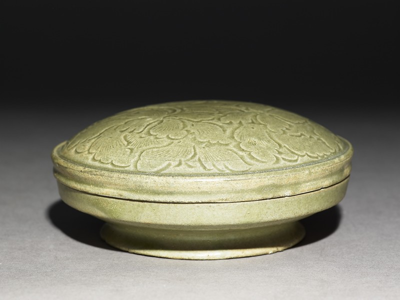 Greenware circular box and lid with peony sprays (EA1956.1261, oblique             )