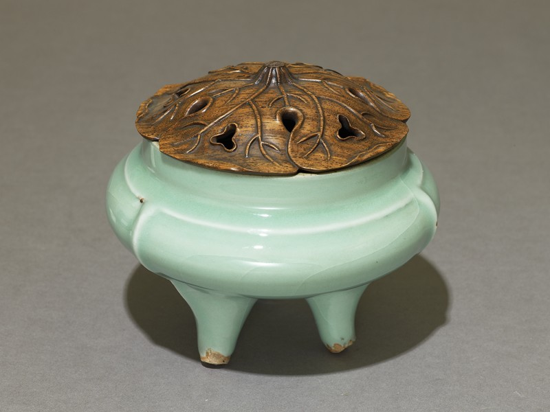 Greenware tripod incense burner with modern lid (EA1956.1266, oblique             )