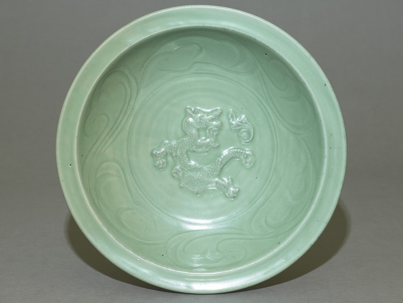 Dish with dragon decoration (top             )