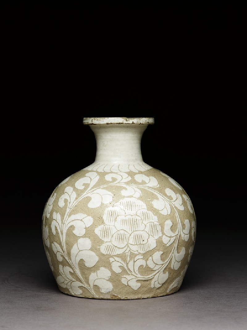Cizhou type jar with floral decoration (side             )