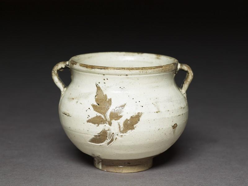 Cizhou type jarlet with leaf decoration (EA1956.1308, oblique             )