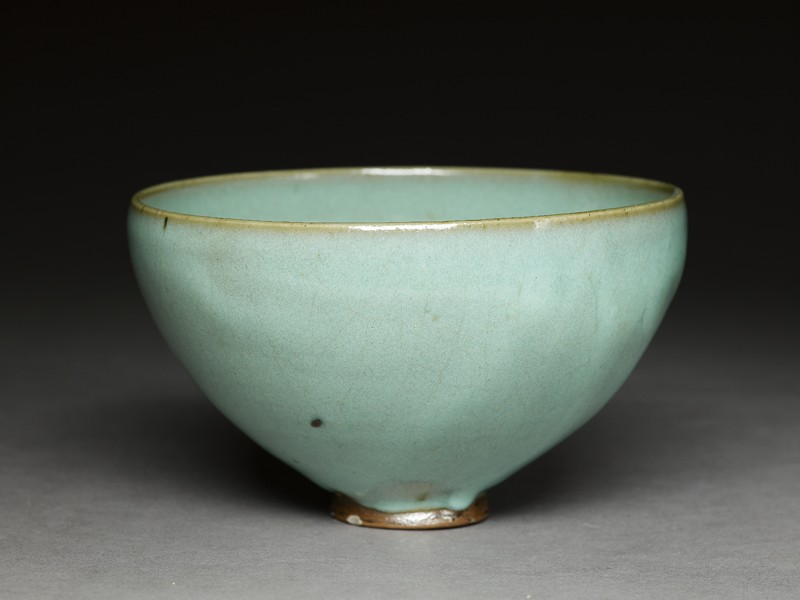 Deep bowl with blue glaze (oblique             )