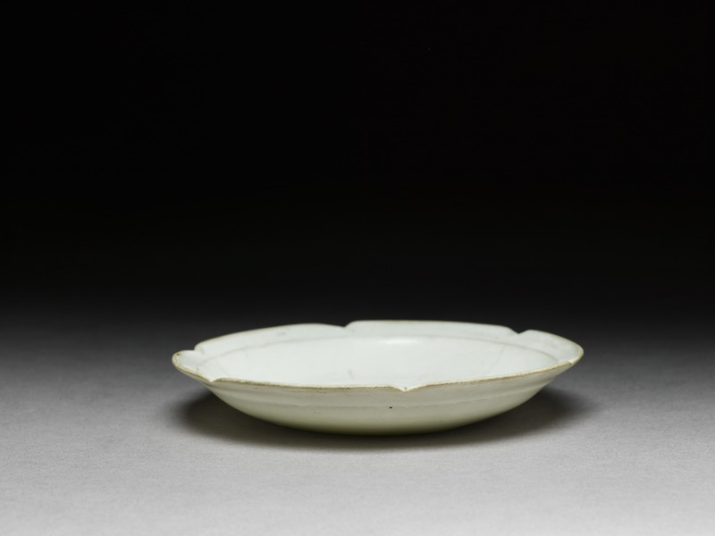 White ware dish with flattened and lobed rim (EA1956.1842, oblique             )