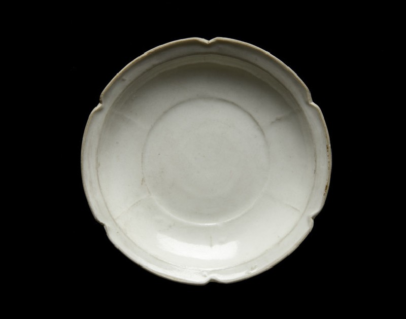 White ware dish with flattened and lobed rim (EA1956.1842)