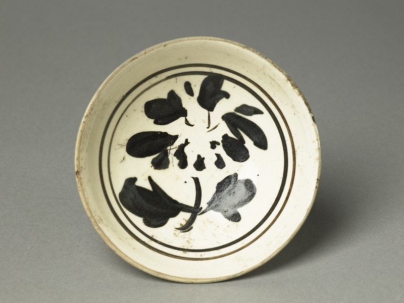 Cizhou ware bowl with underglaze flower