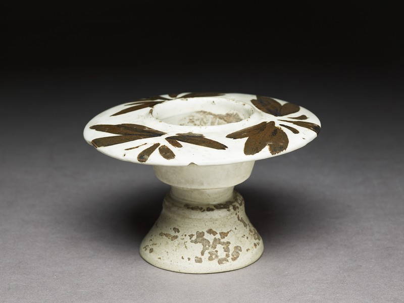 Cizhou type cup stand with floral decoration (oblique             )