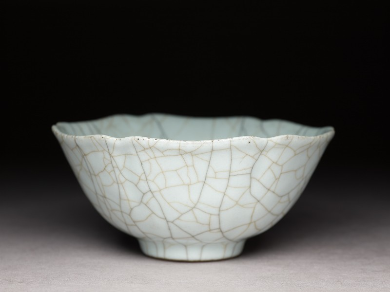 Bowl with crackled glaze in the style of Ge ware (EA1956.3955, oblique             )